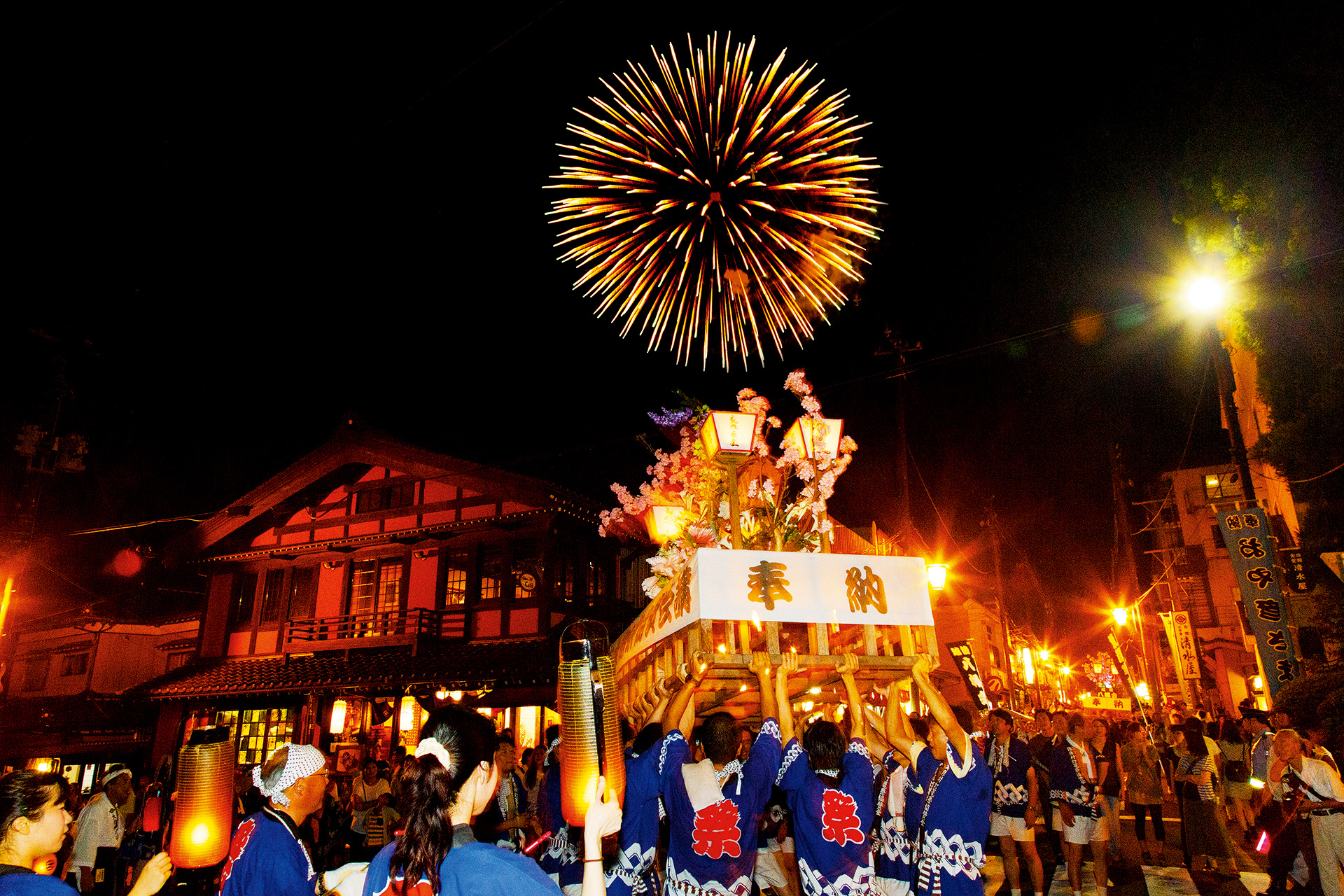 Feel the historic Yahiko Lantern Festival and fireworks